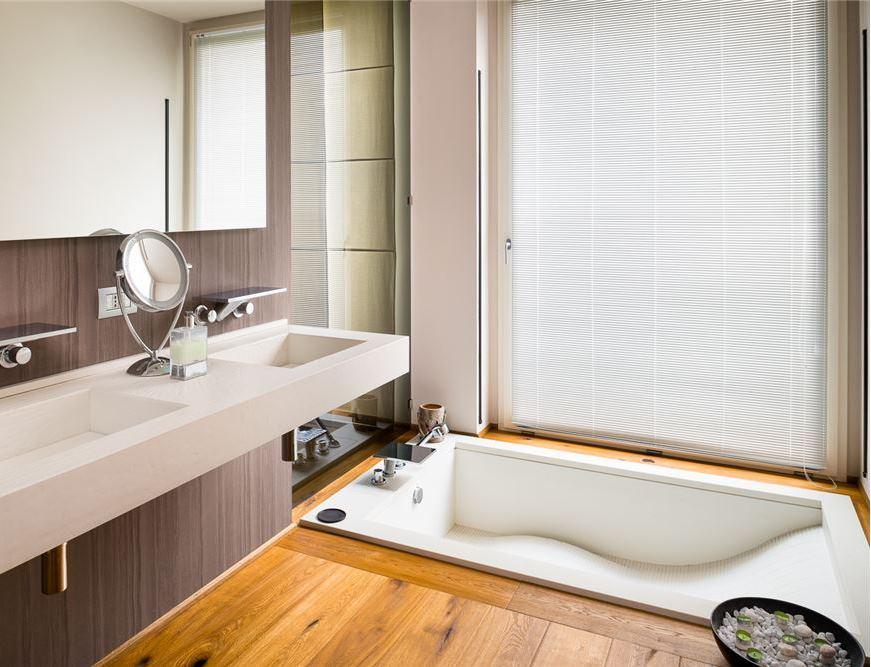 bagno moderno in marmo con vasca