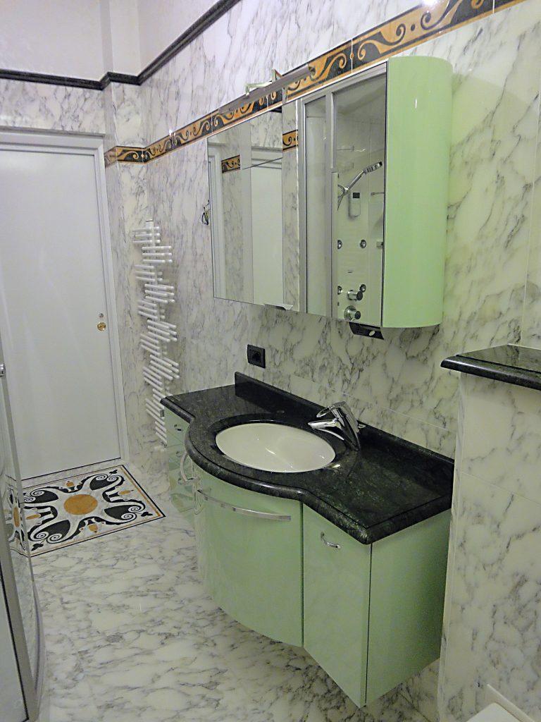 bagno in marmo bianco Arabescato e verde Guatemala
